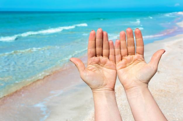 Entregue o sinal sobre o mar azul e o céu, viagens de verão Foto Premium