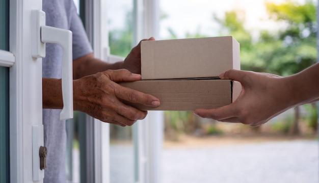 Entregue pacotes aos destinatários rapidamente, produtos completos, serviços impressionantes. Foto Premium