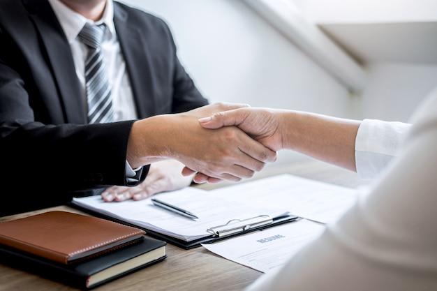 Entrevista de emprego bem-sucedida, imagem do comitê de empregador chefe ou recrutador de terno e novo funcionário, apertando as mãos depois de uma boa negociação negociação entrevista, carreira e colocação conceito Foto Premium