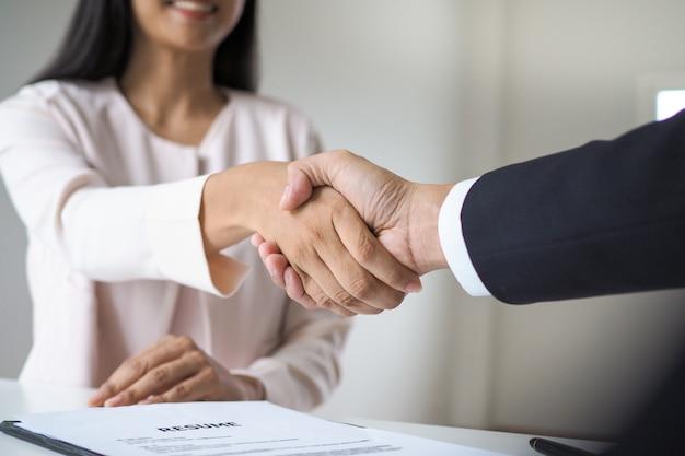 Entrevista de emprego bem sucedida. os executivos estão dispostos a aceitar candidatos para trabalhar Foto Premium