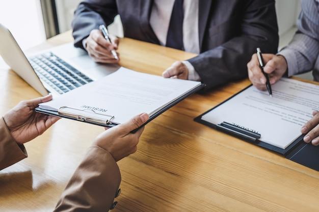 Entrevistador ou conselho lendo um currículo durante uma entrevista de emprego, candidato a recrutamento falando Foto Premium