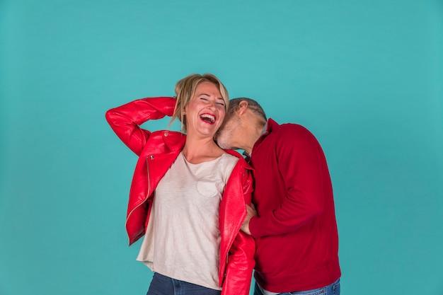 Envelhecido, homem, beijando, sorrindo, mulher Foto gratuita