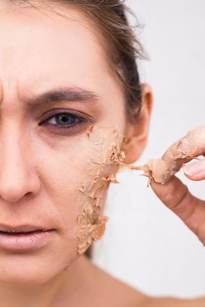 Envelhecimento prematuro da pele facial. a metade feminina do rosto está em close, a pele está descascando. Foto Premium