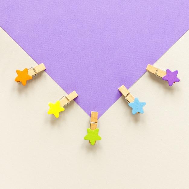 Envelope com ganchos em forma de estrelas Foto gratuita