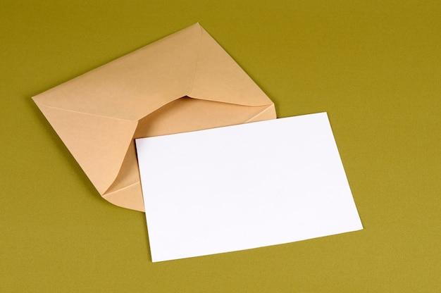 Envelope de ouro metálico com carta Foto gratuita