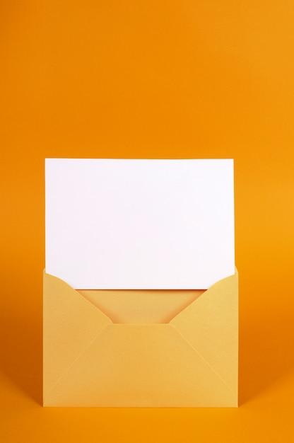 Envelope de ouro metálico com cartão de mensagem em branco ou convite Foto Premium