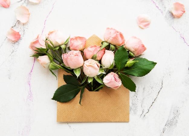 Envelope e rosas Foto Premium