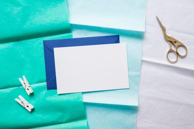 Envelope e tesoura na linha de papel gradiente Foto gratuita