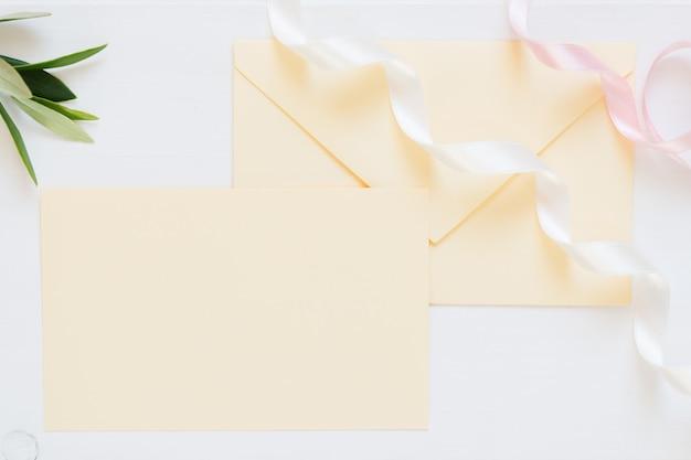Envelope em branco de cor creme com fitas Foto Premium