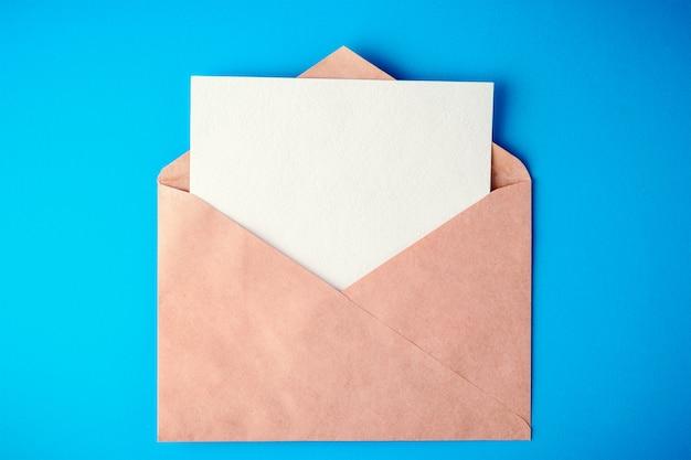 Envelope em fundo azul com sombras Foto Premium
