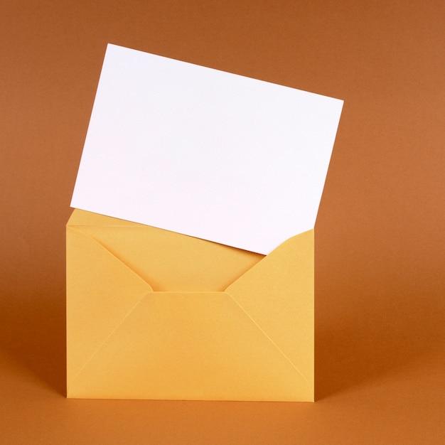 Envelope ouro com cartão de mensagem em branco Foto Premium