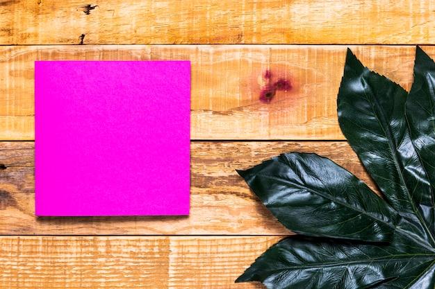 Envelope rosa elegante com fundo de madeira Foto gratuita