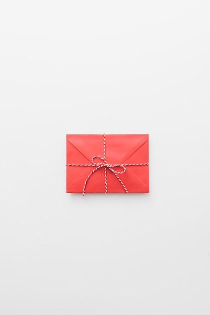 Envelope vermelho amarrado na mesa Foto gratuita