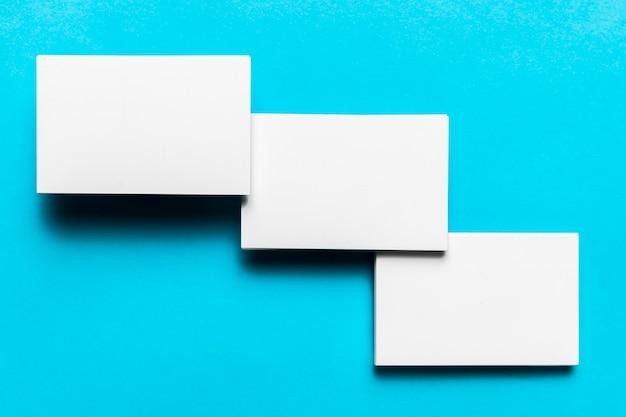 Envelopes brancos elegantes dispostos Foto gratuita
