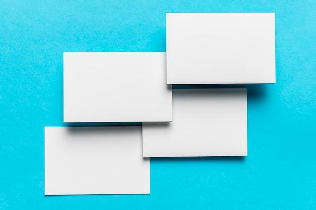 Envelopes brancos modernos que wedding o convite Foto gratuita