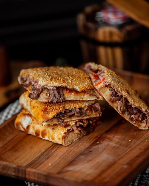 Envoltório de carne coberto com gergelim Foto gratuita