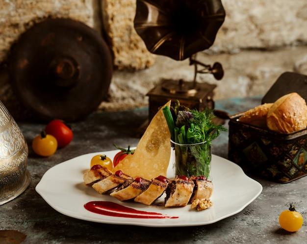 Envoltório de carne picada em crepe, servido com pão crocante e ervas frescas Foto gratuita