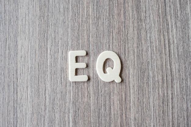 Eq palavra de letras do alfabeto de madeira. conceito de negócio e idéia Foto Premium