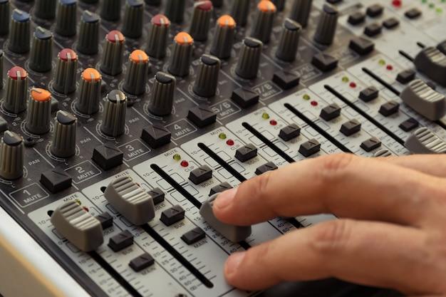 Equipamento de áudio profissional para estúdio de gravação de som. reproduza música e remixe faixas. dj. Foto Premium