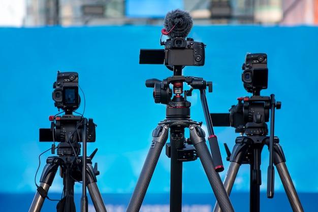 Equipamento de câmera em preparação para shows, conferências de imprensa ou transmissões de televisão. Foto Premium