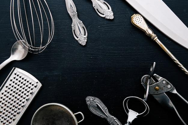 Equipamento de cozinha metálico no balcão da cozinha Foto gratuita