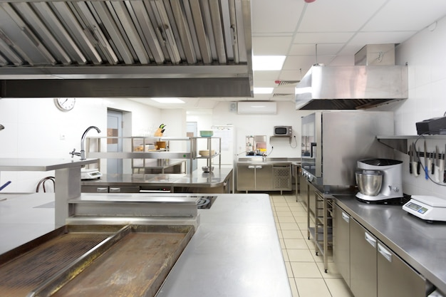 Equipamento de cozinha moderna em um restaurante Foto Premium