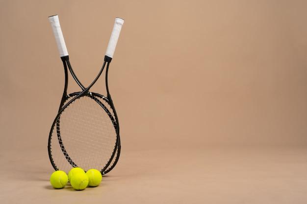 Equipamento de esporte de jogador de tênis. raquete e bola de tênis Foto Premium