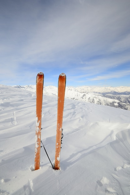 Equipamento de esqui na neve, inverno nos alpes Foto Premium