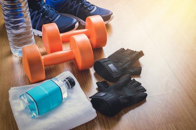 Equipamento de fitness em fundo de madeira Foto Premium