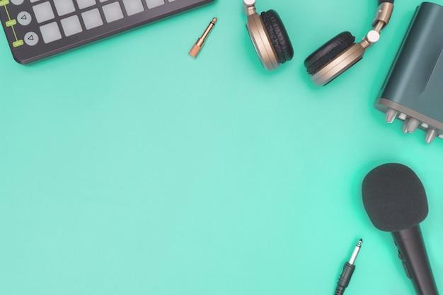 Equipamento de gravação de música no espaço azul da cópia da cerceta Foto Premium