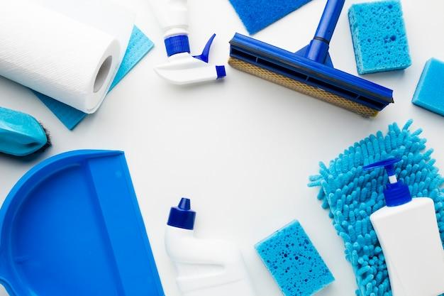 Equipamento de limpeza no fundo liso Foto gratuita