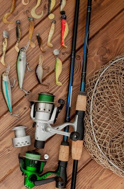 Equipamento de pesca - fiação de pesca, anzóis e iscas na madeira Foto Premium