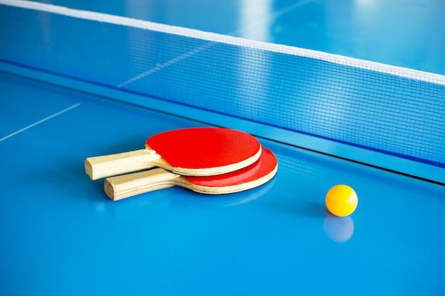 Equipamento de tênis de mesa, raquete, bola e rede Foto Premium