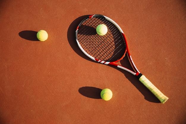 Equipamento de tênis no campo de tênis Foto gratuita