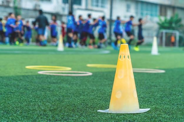 Equipamento de treinamento de futebol com cone e anel de velocidade com treinamento de times de futebol Foto Premium