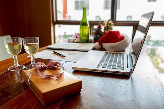 Equipamento do natal com o chapéu de santa na tabela do escritório no último dia de trabalho. Foto Premium