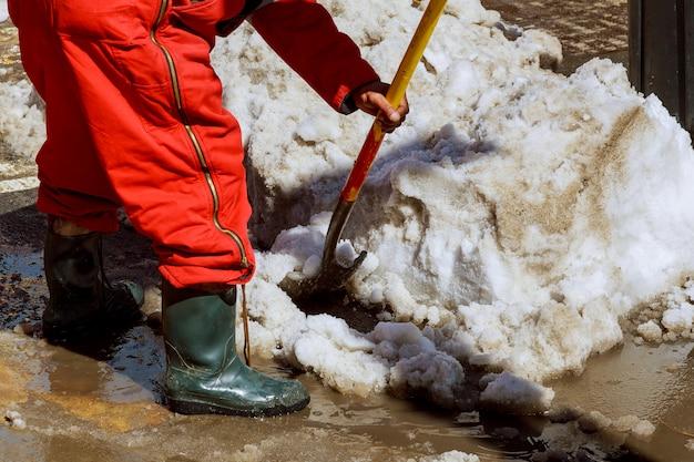 Equipamento do trabalhador que varre a neve da estrada no inverno Foto Premium