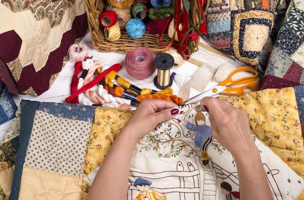 Equipamento e tecidos para acolchoados. Foto Premium