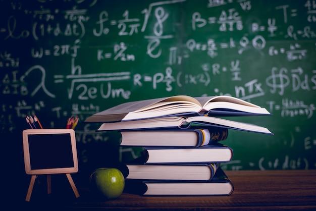 Equipamento educacional, placas e livros conceito de educação com espaço de cópia Foto Premium