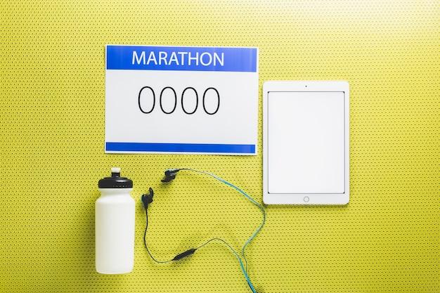 Equipamento marathon perto do tablet Foto gratuita
