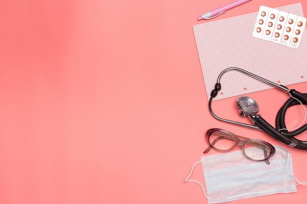 Equipamento médico em um fundo rosa pastel, Foto Premium