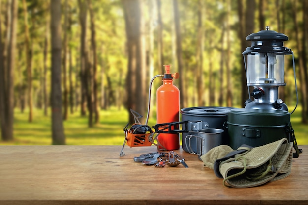Equipamento na floresta. Foto Premium