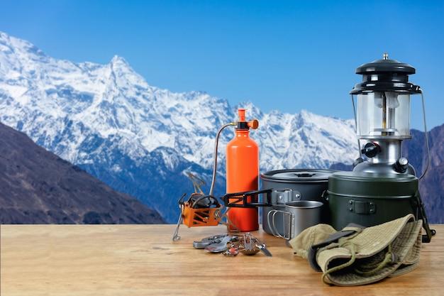 Equipamento no topo da montanha pico de neve. Foto Premium