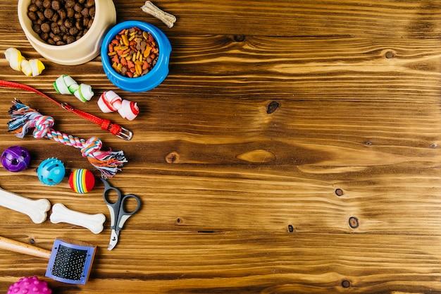 Equipamento para cuidar de animais de estimação e treinamento na superfície de madeira Foto gratuita