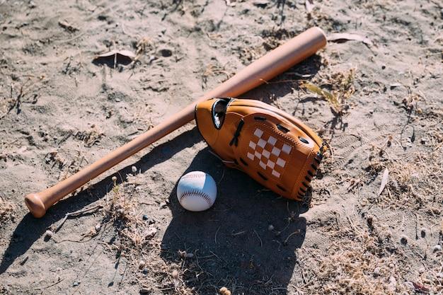 Equipamento para jogo de beisebol no chão Foto gratuita