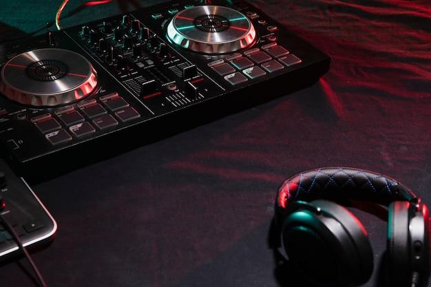 Equipamento profissional de dj de alto ângulo Foto gratuita