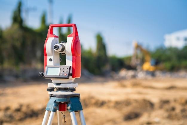 Equipamentos de agrimensor no canteiro de obras Foto Premium