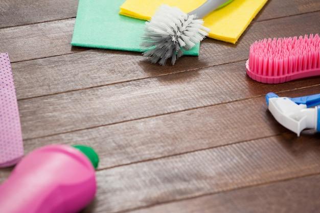 Equipamentos de limpeza dispostos no piso de madeira Foto Premium