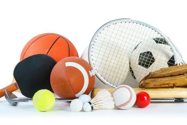 Equipamentos desportivos em fundo branco Foto Premium