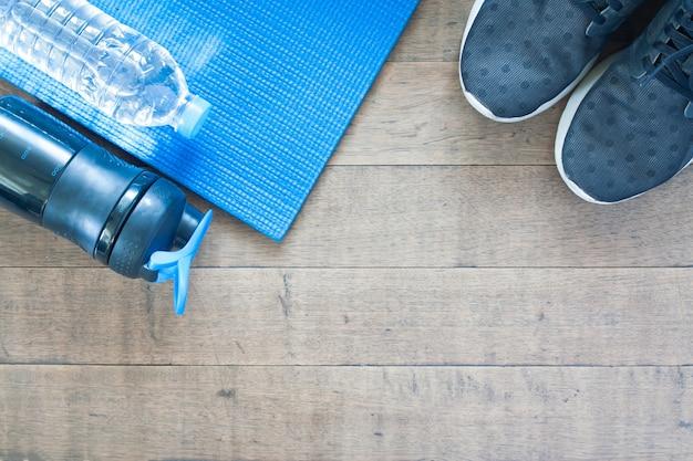 Equipamentos esportivos e de treino sobre fundo de madeira, lay lay of healthy lifestyle concept Foto gratuita